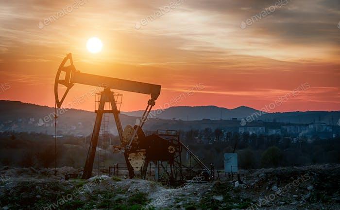 Ölpumpe bei Sonnenuntergang