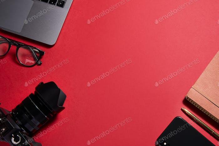 Flache Lay Shot von Techno Items für moderne Arbeiter mit Laptop Handy und Kamera