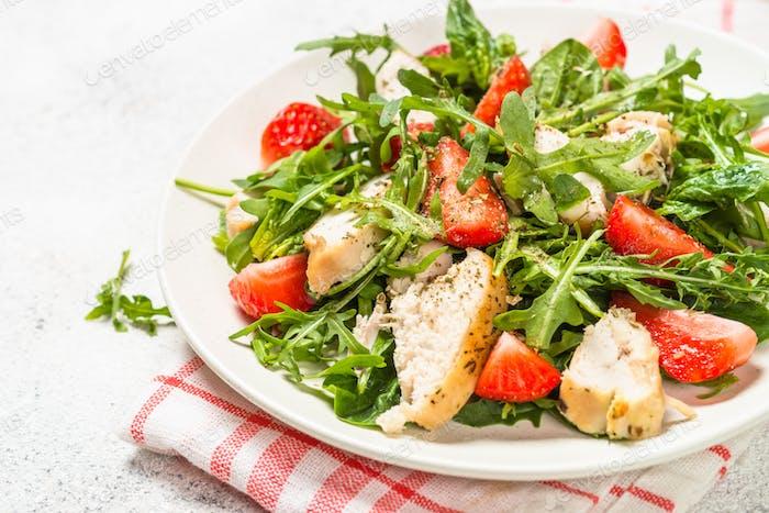 Ensalada verde con pollo, fresa y rúcula
