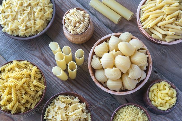 Verschiedene Arten von Pasta auf dem weißen Hintergrund
