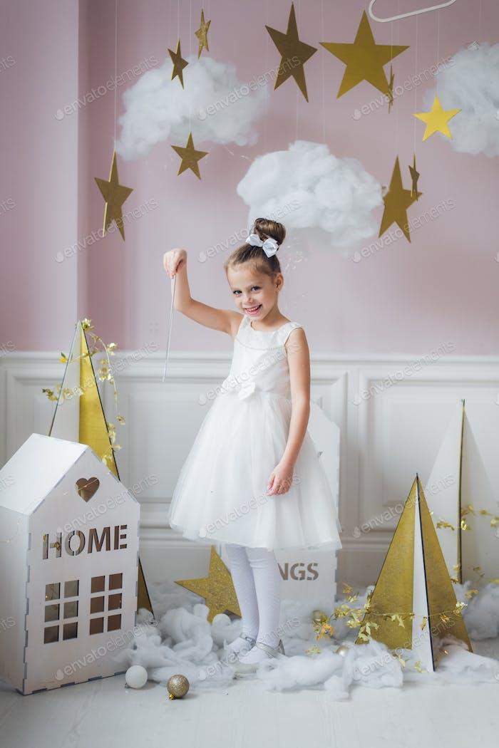 hermosa Pequeño en vestido de princesa con el pelo Largo