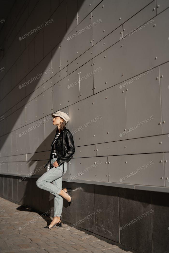 Mujer joven con estilo al aire libre