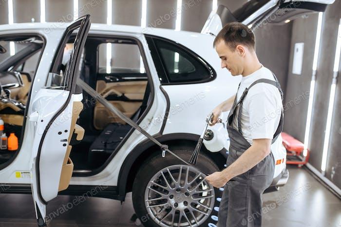 Arbeiter Sprays Auto-Sicherheitsgurt, Detaillierung