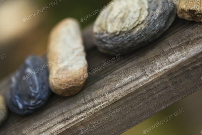 Kieselsteine auf einem Regal