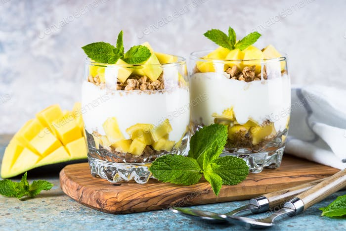 Parfait with yogurt, mango and granola