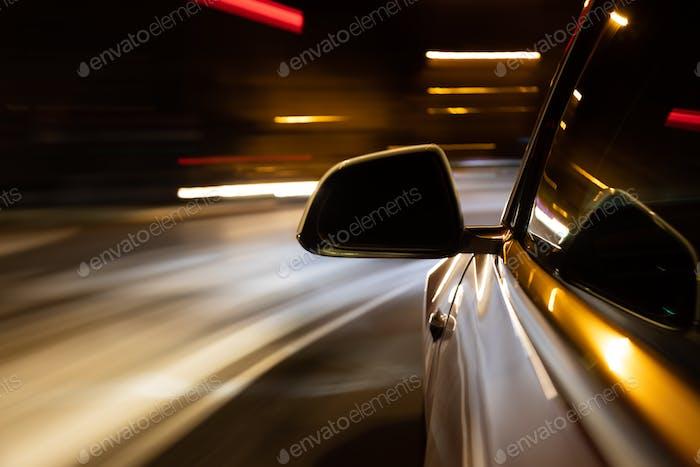 Auto Lichtweg während der Fahrt in der Coty bei Nacht