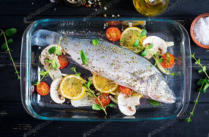 Roher Fisch. Wolfsbarsch auf Auflaufform. Zutaten zum Kochen, Grill, gebacken. Kopierraum. Ansicht von oben