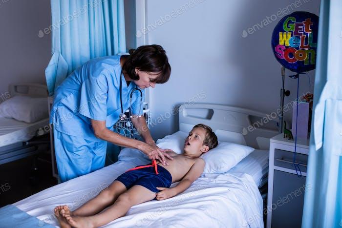 Ärztin Untersuchung Bauch des Patienten