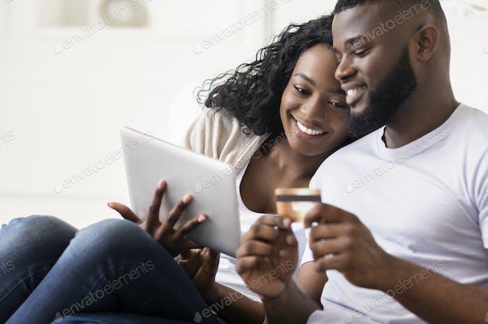 African American Paar Einkaufen Online Mit Digital Tablet Zu Hause