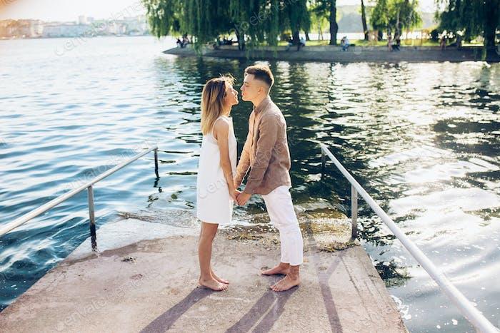 Hombre y Mujer posando en el lago