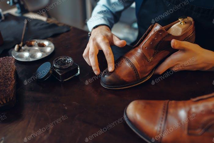 Schuhmacher gilt Schuhcreme, Schuhreparatur