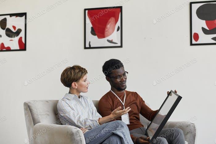 Kunstexperten diskutieren Gemälde in der Galerie