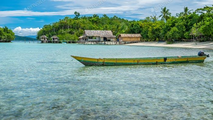 Papúa Local Barco, Hermosa Lagoone Azul cerca de Kordiris Homestay, Pequeña Isla Verde y Casa en casa en