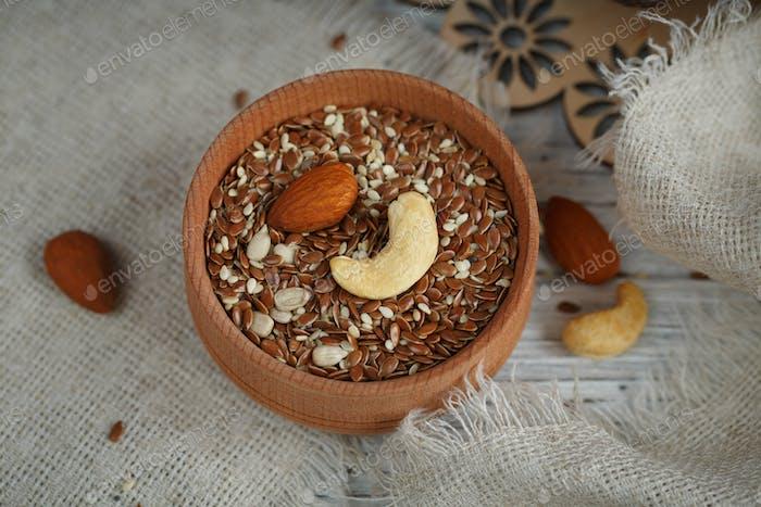 Gesundes Frühstück Leinsamen und Nüsse