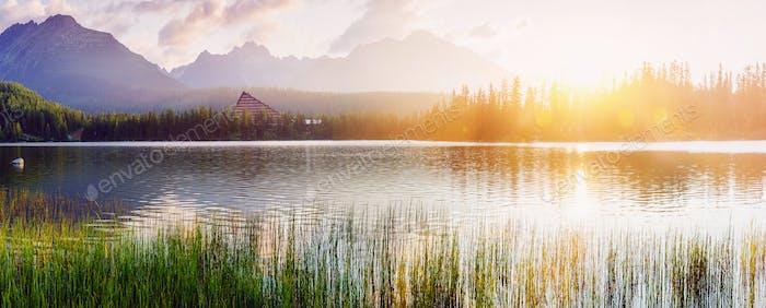 Majestätischer Bergsee im Nationalpark Hohe Tatra. Strbske ples