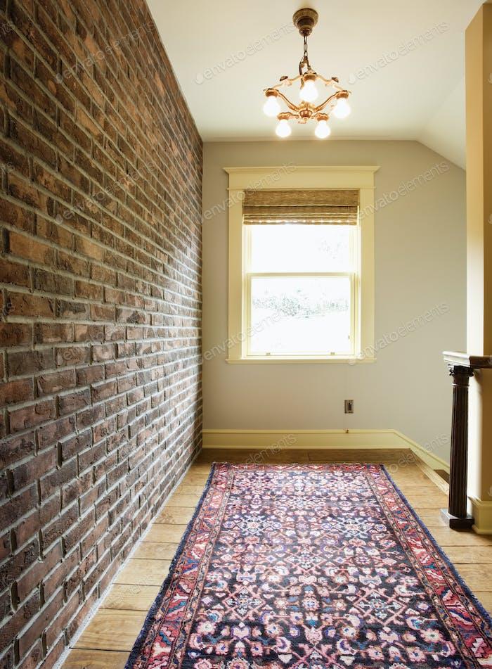 Кирпичная стена вдоль коридора в доме