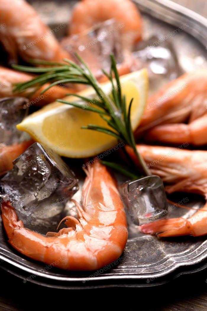 Shrimps auf Silberplatte