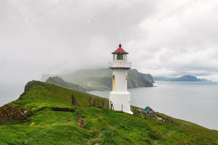 Nebel Blick auf den alten Leuchtturm auf der Mykines Insel