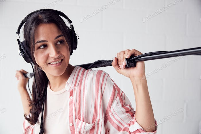 Female Sound Recordist Holding Mikrofon On Video Film Produktion In White Studio