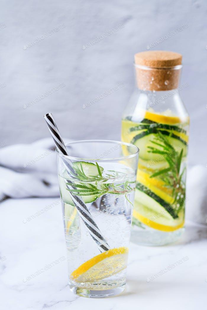 Frais frais frais concombre de citron au romarin infusé eau boisson détox