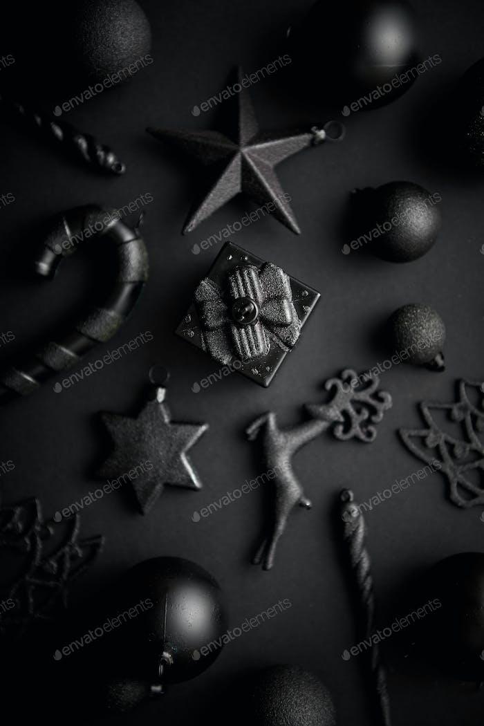 Weihnachten minimalistische und einfache Komposition in mattschwarzer Farbe