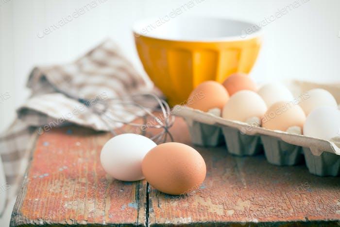 Hühnereier auf dem Tisch
