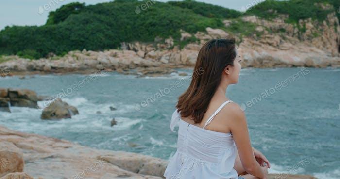 Schöne Frau genießt Meerblick
