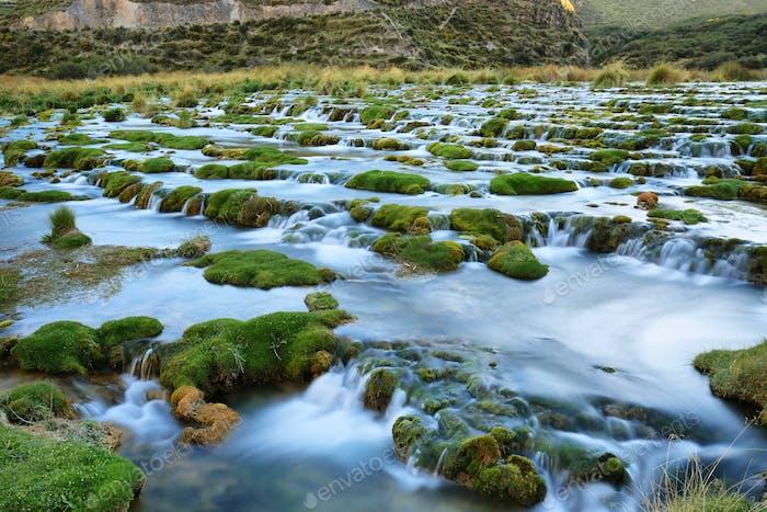 Klare Gewässer des Flusses Cañete in der Nähe von Vilca villag, Peru