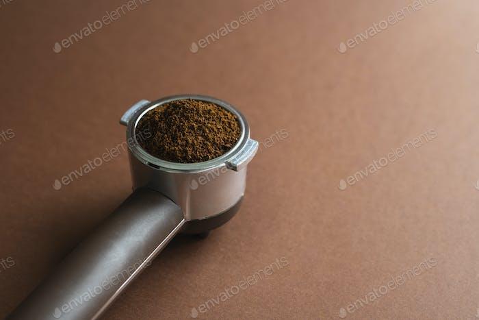 Siebträger-Kaffeemaschinenhalter mit gemahlenen Bohnen