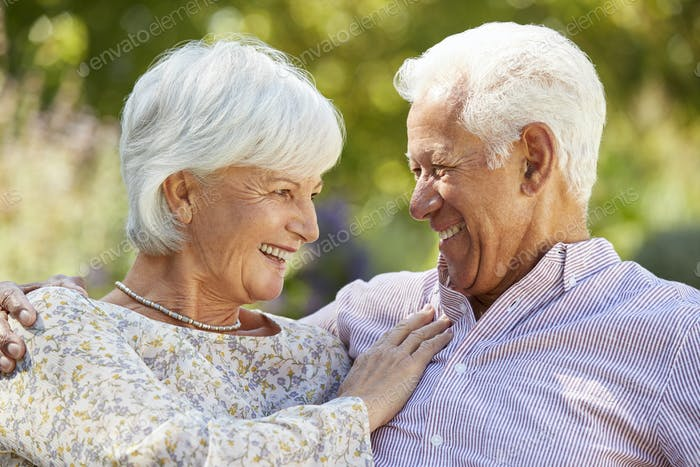 Glückliche ältere Paar im Garten umarmen, Kopf und Schultern