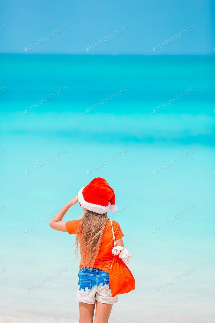 Kind am Strand in Weihnachtsferien