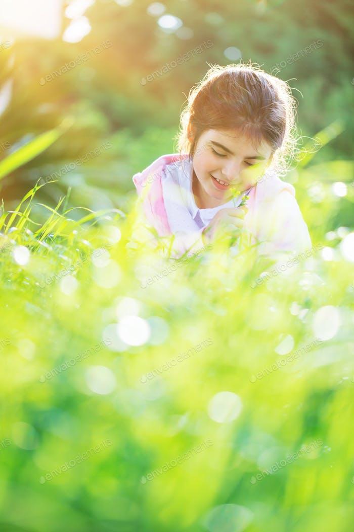 Kleines Mädchen auf dem Frühlingsfeld