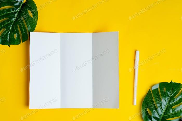 Minimal dreifach Broschüre Vorlage über gelbem Hintergrund