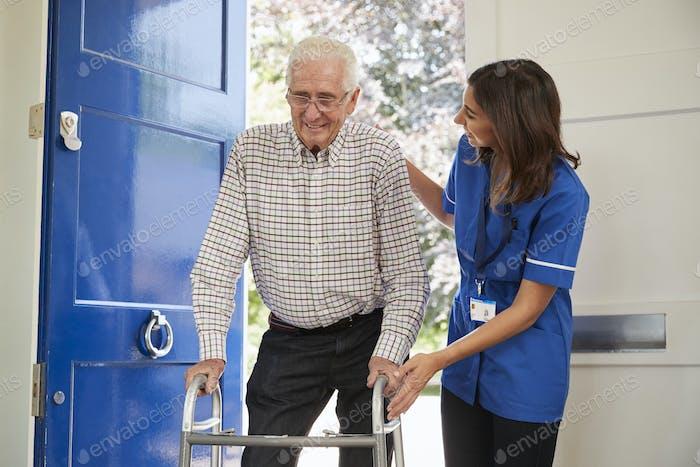 Krankenschwester hilft Senior Mann mit Gehrahmen zu Hause, Nahaufnahme