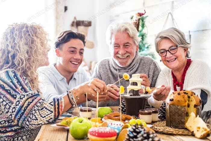 Fröhliche Familie mit gemischten Generationen genießen zusammen