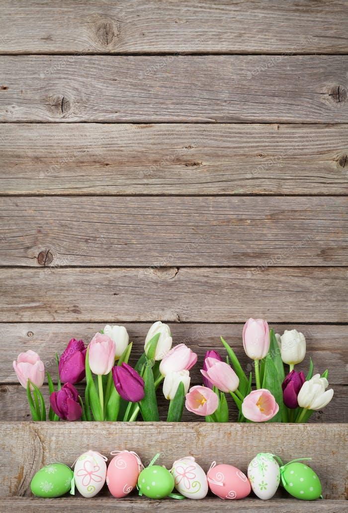 Ostereier und bunte Tulpen