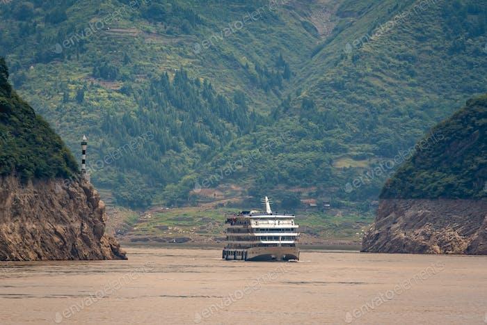 Luxus-Passagier-Kreuzfahrtschiff auf dem Fluss Yangtse