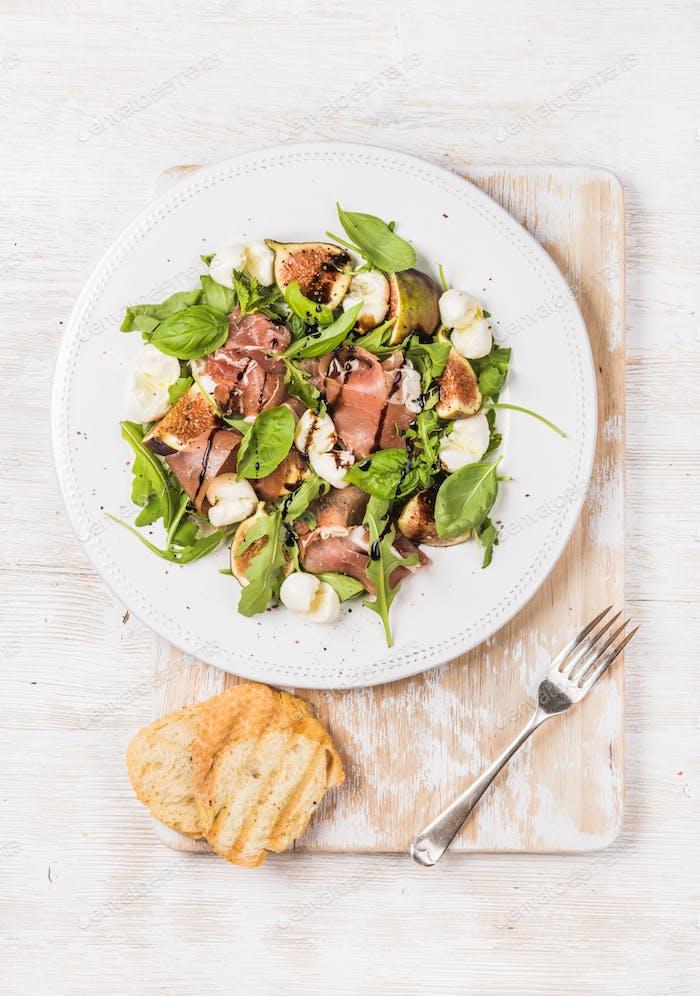 Prosciutto, arugula, basil, figs, mozzarella salad served with bread