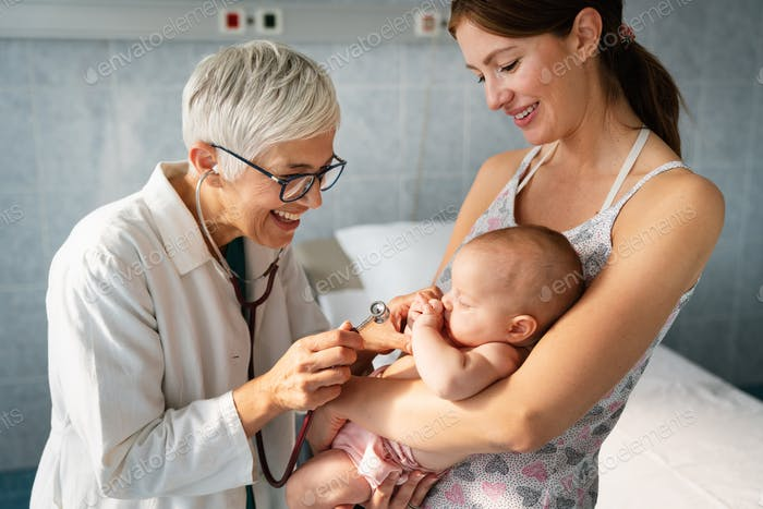 El médico pediátrico examina pequeño bebé. Atención de la salud, examen médico, concepto de personas