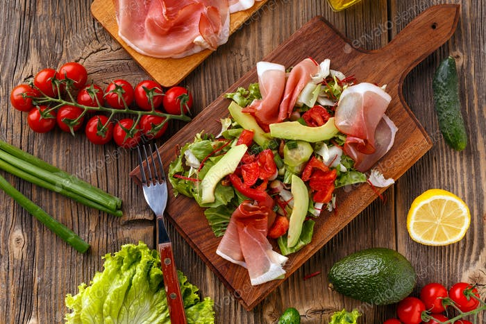 Green salad with prosciutto