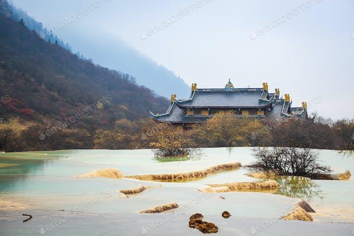 huanglong Landschaft mit Verkalkung Teich
