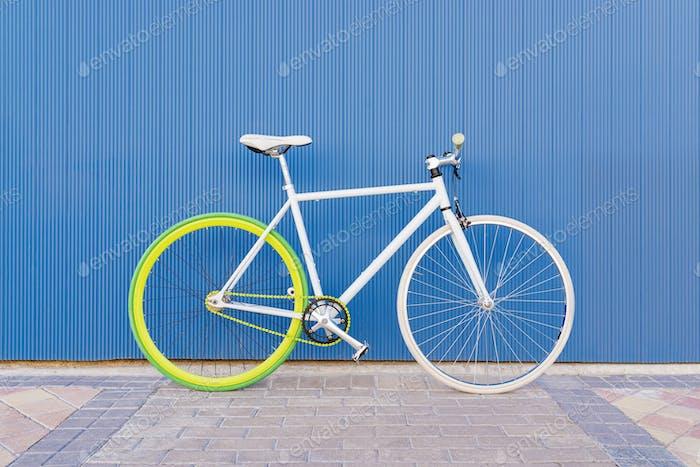 City Fahrrad feste Ausrüstung an der blauen Wand.