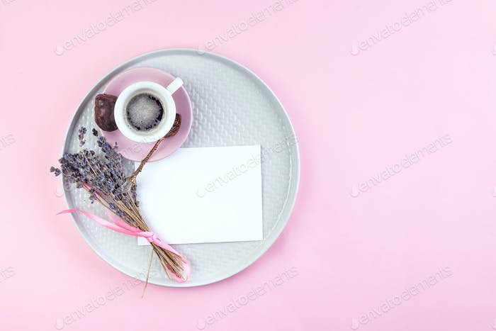 To Do List Text auf Papier Notiz mit Tasse Kaffee, Stift und getrocknetem Lavendel auf Teller auf rosa Hintergrund