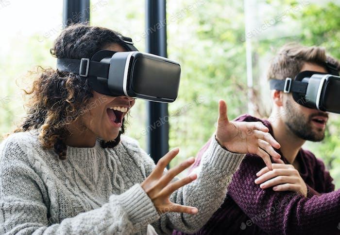 Junges Paar mit VR zusammen