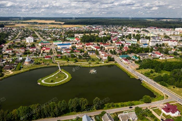 Draufsicht der Stadt Ostrowez im Sommer, Grodno Region, verschiedene Panoramen der Stadt.Belarus