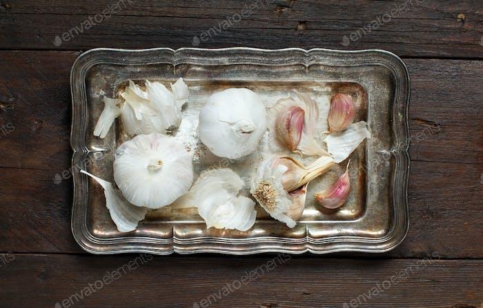 Bio Knoblauch auf Holztisch