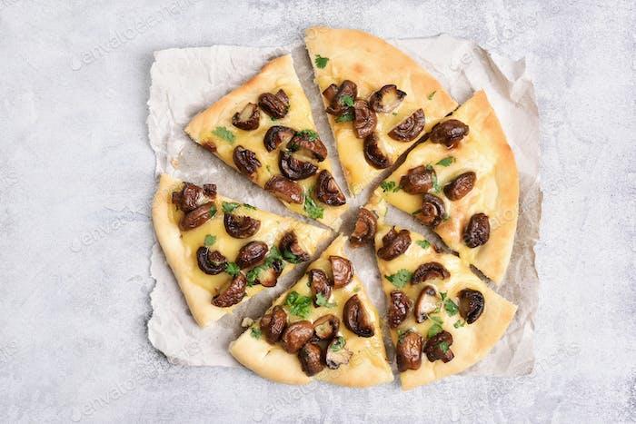 Pizzastücke mit Pilzen und Käse