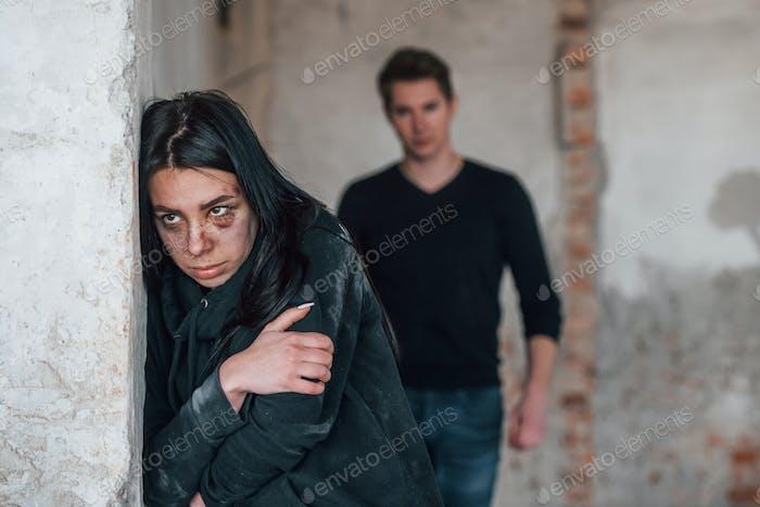 Mujer secuestrada es amenazada por el hombre en un edificio abandonado