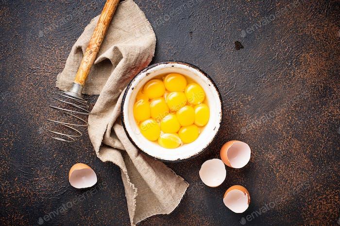 Schüssel mit Eiern Eigelb und Schneebesen