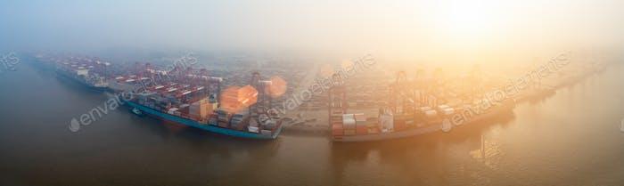 Containerterminal im Morgennebel